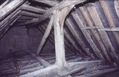 Illus. 7  The crown post of the early-16th century rear parlour, looking towards its jettied gable (the service cross-wing lies to the left).